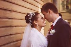 一对美好的婚礼夫妇的剪影在黑暗的背景中 减速火箭或葡萄酒样式 免版税库存图片