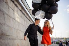 一对逗人喜爱的微笑的夫妇的爱情小说 免版税库存图片
