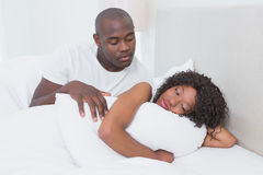 一对非常逗人喜爱的夫妇在一起床上 免版税图库摄影
