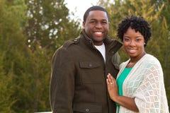 一对非裔美国人的爱恋的夫妇的画象 库存图片