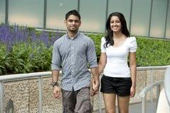 一对年轻和愉快的夫妇 免版税库存图片