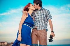 一对年轻夫妇享受中间夏天黄昏,在湿圣 免版税图库摄影