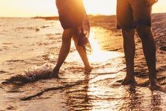 一对年轻夫妇享受中间夏天黄昏,在湿圣 库存照片
