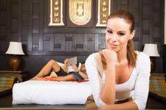一对年轻夫妇在度假享受他们的旅馆客房的 库存图片