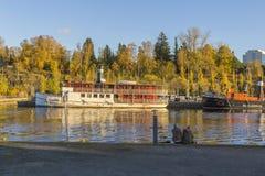 一对年轻夫妇坐小小游艇船坞码头 库存图片