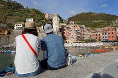 一对年轻夫妇敬佩韦尔纳扎一个浪漫看法  免版税图库摄影