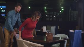 一对年轻夫妇来了到餐馆在第一个日期 影视素材