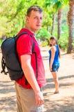 一对年轻夫妇的徒步游览 免版税库存照片