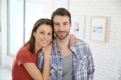 一对年轻夫妇的画象在家 图库摄影