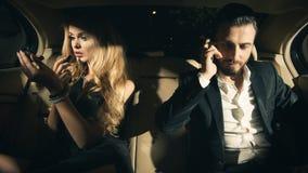 一对年轻夫妇的画象在汽车的 免版税库存图片