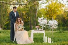 一对年轻婚礼夫妇的浪漫片刻在夏天草甸的 免版税库存照片