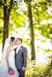 一对年轻婚礼夫妇的画象 免版税库存照片