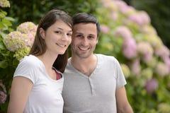 一对年轻异性爱夫妇的画象 免版税库存照片