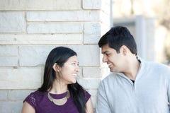 一对年轻愉快的印地安夫妇 免版税库存图片