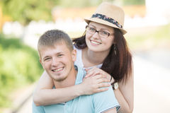 一对年轻愉快的夫妇的画象在公园的 免版税库存照片