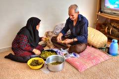 一对年长伊斯兰教的夫妇在家准备食物 库存图片