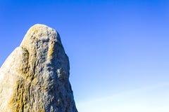 一尊古老神神象的石雕象,天空背景 免版税库存图片