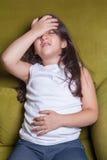 一小中东美丽的小女孩坐的感到坏 免版税库存图片
