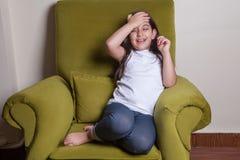 一小中东美丽的小女孩坐的感到坏 免版税库存照片