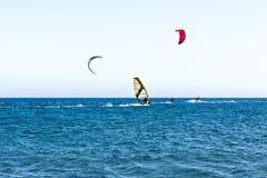 一小型客帆船冲浪的人们 免版税库存图片