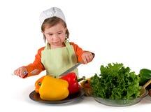 一小小女孩烹调 免版税库存图片