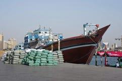 一小私有没有名字货船卸载与棉花的袋子 库存图片