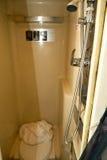 一小bathrooom的内部与阵雨的 免版税图库摄影