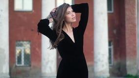 一少女的画象一件黑礼服的 在他的头上把一个五颜六色的头巾放 影视素材