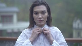 一少女的画象激动在美女俏丽的女孩的面孔的长的黑色头发舒展按钮 股票视频