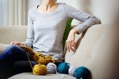 一少妇编织的画象 免版税图库摄影