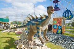 一尖角龙的雕塑在一晴朗的威严的天 ` Yurkin公园` -主题儿童` s公园 图库摄影