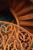 一层老木楼梯的被雕刻的模式 免版税库存照片