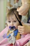 一岁的儿童第一次的发型 库存图片