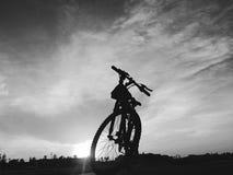 一常设bycicle的剪影 免版税库存照片