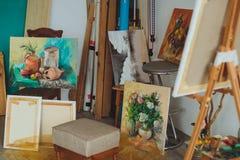 绘一幅画的妇女艺术家在演播室 库存图片
