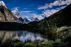 一平静scenary在山脉Huayhuash (秘鲁) 库存照片