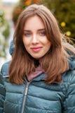 一年轻女人的特写镜头画象在夹克下的冬天 免版税库存照片