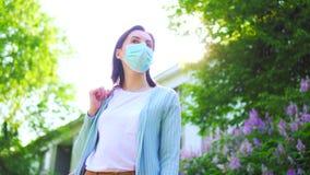 一年轻女人的画象一个医疗面具的从过敏外面在一好日子 影视素材