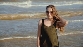 一年轻女人的画象风雨如磐的海的背景的 股票录像