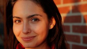 一年轻有吸引力妇女微笑的接近的画象 股票视频