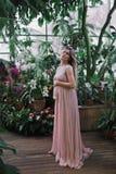 一年轻美丽的孕妇的画象 免版税图库摄影