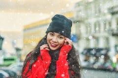 一年轻美女的冬天画象在欧洲城市的街道上的 免版税库存照片