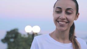 一年轻美女的接近的画象平衡的天空背景的 摆在年轻俏丽的微笑的妇女户外 股票视频