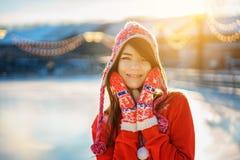 一年轻美女的画象在帽子的冬天在阳光下 免版税库存图片