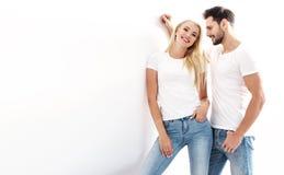 一年轻,有吸引力的夫妇佩带的便服的画象 免版税库存图片