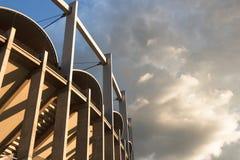 一并世大厦black&white的高建筑垂直线 免版税库存图片