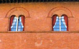 一座传统意大利城堡的门面细节 免版税库存图片