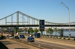 一座公园桥梁和路的看法在一辆移动的汽车下 免版税库存照片