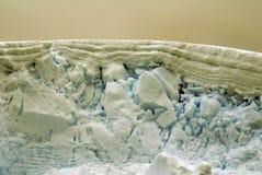 一座冰山的上缘在南极洲 库存图片
