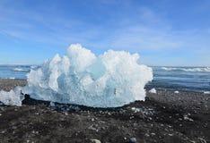 一座冰山的大块在盐水湖的岸的 免版税库存照片